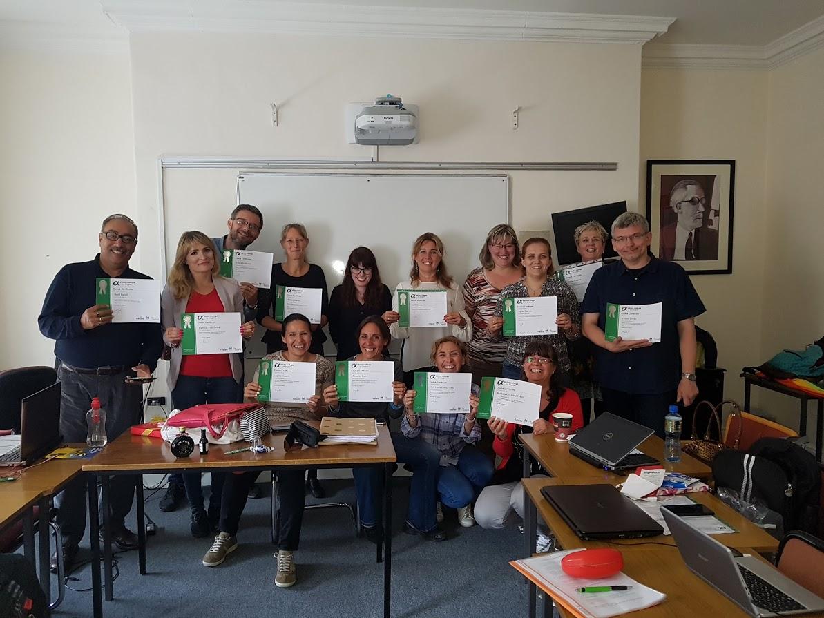 Kármán Ágota és a kurzust sikeresen teljesítő európai és dél-afrikai kollégák Dublinban, az Alpha College of English-ben