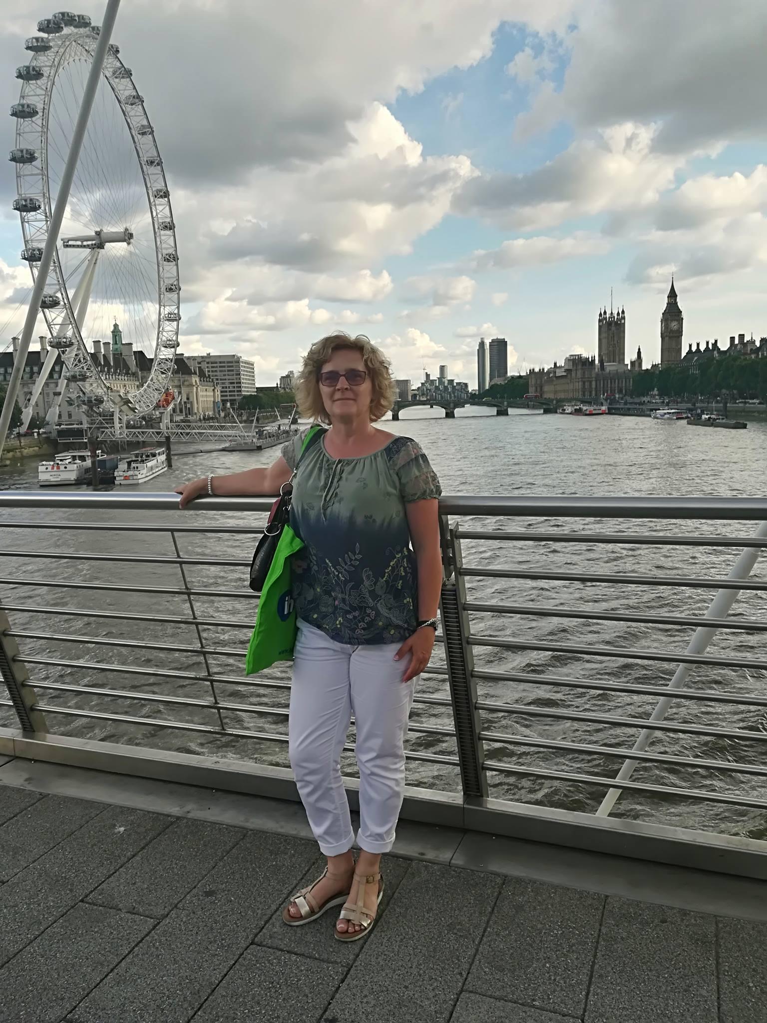 Madai Gabriella Londonban (a háttérben a London Eye és a Houses of Parliament)